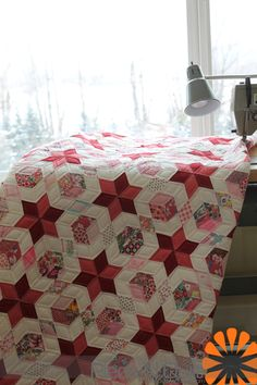 Piece N Quilt: Antique Quilts pieced my Natalia's great-grandmother, machine quilted by Natalia Bonner If I ever do an English Paper pieced quilt, this might be it. This is such a beautiful quilt. Tumbling Blocks Quilt, Quilt Blocks, Patch Quilt, Hexagon Quilt, Quilt Block Patterns, Antique Quilts, Vintage Quilts, Paper Piecing, Red And White Quilts