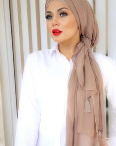 How y'all doing my gorgeous Apples? You all know how I get when it's time to write anything about fashion. So, on this post I will be talking about head wraps. Turban Hijab, Turban Mode, Turban Outfit, Turban Tutorial, Hijab Style Tutorial, Covergirl Makeup, Hijab Stile, Head Scarf Styles, Hijab Fashionista