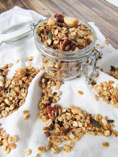 Nuts and seeds granola What's For Breakfast, Health Breakfast, Breakfast Recipes, Healthy Vegan Snacks, Health Snacks, Make Your Own Granola, Muesli, Meals For The Week, No Cook Meals