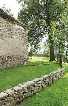 Na nízkou opěrnou zídku v zahradě použili chalupáři velké i drobnější kameny