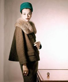 Model wearing suit of tobacco-brown wool tweed with a Canadian lynx collar. Accented with emerald green velvet hat 1959 Horst P. Glamour Vintage, Vogue Vintage, Vintage Beauty, Vintage Fur, Vintage Ladies, Retro Mode, Vintage Mode, Vintage Style, Moda Vintage