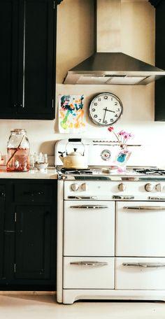 Vintage kitchen love.