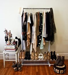 A little cute closet always looks good. But let's be honest… Not all of us can fit eveything in a small closet? Here I show you some ideas to make an open closet. Studio Apartment, Apartment Living, Apartment Guide, Apartment Ideas, Home Design, Design Ideas, Exposed Closet, Salons Cosy, Estilo Tropical