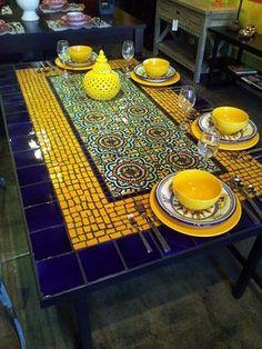 mesa velha restaurada toda em mosaico ,,,,,,,,,,,,,no centro azulejo decorado