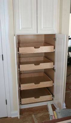 So bauen Sie ausziehbare Regale für die Speisekammer How to build extendable shelves for the pantry build Related posts: How to : DIY build corner kitchen pantry Ana White Pull Out Pantry Shelves, Pantry Storage, Open Shelving, Pantry Shelving, Pantry Closet, Pantry Diy, Room Closet, Diy Kitchen Storage Cabinet, Slide Out Pantry