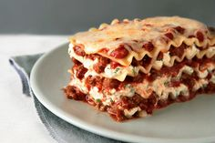 Discover the only lasagna recipe you'll ever need! Watch our video to learn how to make this meaty, cheesy, crowd-pleasing Simply Lasagna Recipe tonight. Simply Lasagna, How To Make Lasagna, Making Lasagna, Kraft Recipes, Kraft Foods, Cheese Lasagna, Meat Lasagna, Lasagna Cups, Skillet Lasagna