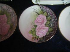 maalaamani ruusuaiheinen taulu Opon Kädentaitajien näyttelystä