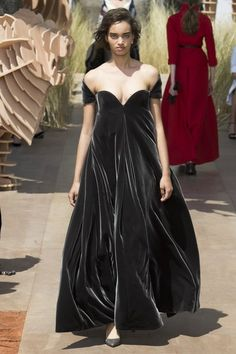 See the full Fall 2017 haute couture collection from Christian Dior.