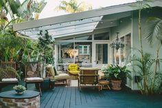 【全天候で楽しめる】屋根の下の開放的な屋外ダイニング | 住宅デザイン