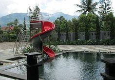 kolam renang di villa mirda gratia