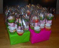 Cupcake spiesjes: Nodig: palmprikker, muffinmix + ingrediënten, spikkels, chocodip, Spekjes, fruit naar keuze, muffin vormpjes (mini). Werkwijze: Bereid en bak de muffins zoals op de verpakking staat, alleen in de mini vormpjes en laat ze afkoelen. Verwarm de chocodip, dip hier de muffins in en daarna in de spikkels, laat dit uitharden. Rijg aan de prikker een mini muffin, spekje, fruit, spekje en mini muffin. Steek de prikkers in een ingepakt doosje of kool.