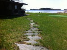 Vapaamuotoinen askelkivipolku rantasaunalle