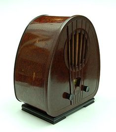 Bakelite Art Deco radio model 834 front is made of bakelite and it's sides are made of a bakelite formica executed by Philips / the Netherlands 1933