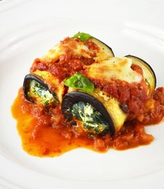 Eggplant Rollatini stuffed with a creamy spinach and ricotta filling and baked in the most delicious tomato sauce and mozzarella cheese. Eggplant Dishes, Roast Eggplant, Eggplant Recipes, Spinach Ricotta, Creamy Spinach, Vegetarian Recipes, Cooking Recipes, Healthy Recipes, Vegetarian Wraps