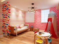 lindo quarto de menina decorado com forminhas de cupcake