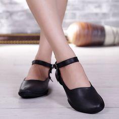 Туфли на низком каблуке с тонким ремешком на подъме