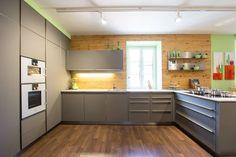 Cocinas de estilo moderno por Atelier für Küchen & Wohnkultur Laserer