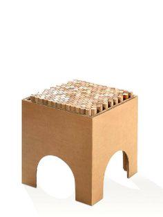 Sedia - Scatola - VS.Forme  Seduta realizzata in cartone stratificato con circa duecentocinquanta cilindri di legno pregiato.  Al momento della seduta i cilindri, appoggiando su una superficie non rigida, si abbassano o si alzano: assecondano la forma del corpo seduto. Seduta morbida brevettata.  Design by VSF.orme.