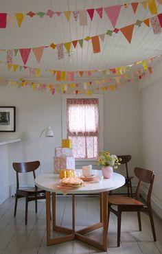 様々な色と形を組み合わせたガーランドは、楽しい雰囲気づくりに一役かってくれます。温かみのある雰囲気をだせるのも布ならでは。豪華に飾って、いつものお部屋を特別な空間に。