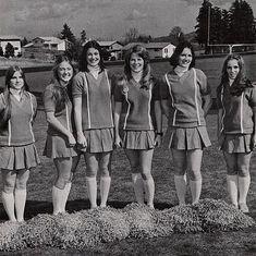teen girls: long khaki skirts, and different colored shirts. Cheerleading Pictures, Cheerleading Uniforms, Football Cheerleaders, Cute Skirts, Mini Skirts, Pleated Skirts, 1980s Pop Culture, Band Uniforms, Skirts