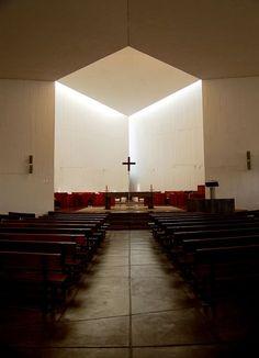 Iglesia del Monasterio Benedictino de la Santísima Trinidad,Santiago,Chile. Padre Gabriel Guarda OSB y hermano Martín Correa OSB. 1964. Vista hacia el presbiterio.