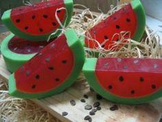Sabonetes artesanais que lembram frutas.
