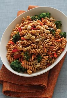 Erdnuss-Pasta mit Tempeh - Vegane Rezepte  - Zutaten (für 4 Personen): 4 EL (60 ml) Sesamöl 225 g Tempeh (zerbröselt) 1 große Karotte (in feine Streifen geschnitten) 275 g Brokkoli (mundgerechte Stücke) 1 rote...