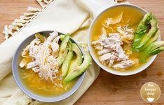 Paso a paso, la sopa más saludable que traerá calor y color a tu vida! Sopa con huevo y aguacate con un toque de limón, muy saciante y perfecta para un cena