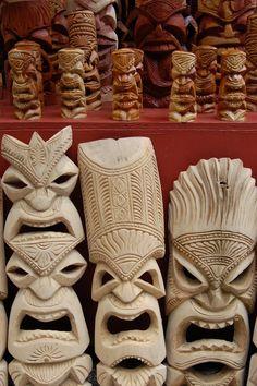 Every time I see tikis I think of the Brady Bunch. Tiki Totem, Tiki Tiki, Tiki Faces, Tiki Head, Tiki Statues, Easy Woodworking Ideas, Tiki Lounge, Tiki Mask, Hawaiian Tiki
