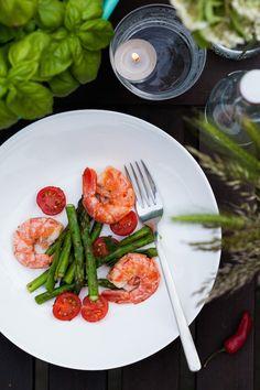 Eiweißreiche Ernährung für Fitness – Garnelensalat mit grünem Spargel und Tomaten | einfaches Abendessen mit viel Eiweiß | Nur 5 Zutaten
