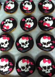 Halloween skull donuts Halloween Donuts, Halloween Skull, Delicious Donuts, Food Themes, Hand Designs, Family History, Birthdays, Cookies, Drink