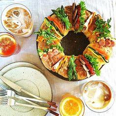 出典: instagram.com(@onecolor.studio) | リングパンを切って間に具を挟めば、ホールケーキのようなサンドイッチの完成。 華やかですね!