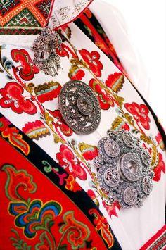 the three ornate sølje brooches of the Telemarksbunad