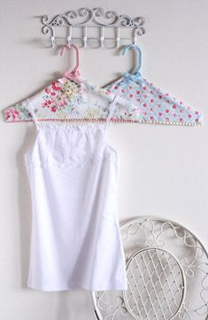 Cath Kidston DIY Hangers on wire hooks Cath Kidston DIY Hanger Craft - Amazing Interior Design Diy Hanger, Hanger Crafts, Coat Hanger, Sewing Projects, Diy Projects, Sewing Ideas, Creation Couture, Wire Hangers, Diy Clothes Hangers
