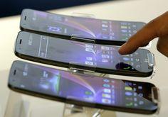 Modelo de smatphone G Flex, da LG, com tela curvada, é exposto em Seul, na Coreia do Sul. Lançamento oficial está previsto para o próximo dia 12 - http://epoca.globo.com/tempo/fotos/2013/11/fotos-do-dia-5-de-novembro-de-2013.html (Foto: AP Photo/Lee Jin-man)