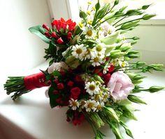 Luční svatební kytice s červeným akcentem Luční svatební kytice s červeným akcentem - eustomy, matricarie, bovardie...dostupné po celý rok!