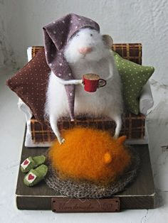 Felt mouse, white felted mouse, Miniatures for doll house.Mouse in a chair. Felt Crafts, Diy And Crafts, Arts And Crafts, Needle Felted Animals, Felt Animals, Wet Felting, Needle Felting, Felt Mouse, Cute Mouse