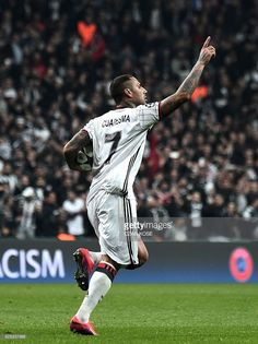 Besiktas' Ricardo Quaresma celebrates with teammates after scoring a goal during the UEFA Champions League Group B football match between Besiktas Istanbul and Benfica Lisbon on November 23, 2016 at Vodafone arena in Istanbul. / AFP / OZAN