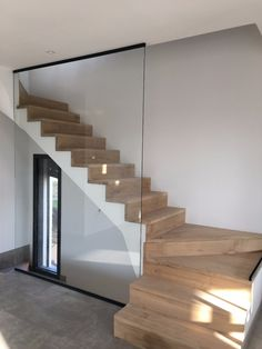 garde-corps-en-verre-pour-protection-d-escalier. Home Stairs Design, Interior Stairs, Home Room Design, Interior Design Living Room, House Staircase, Curved Staircase, Modern Staircase, Glass Stairs, Glass Railing