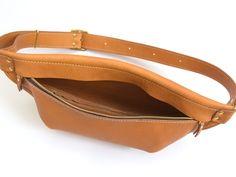 背中にフィットするソフトレザーの三日月ボディバッグ「革鞄のHERZ公式通販」