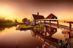 Il tramonto è uno dei momenti che preferisco. Le luci sono tenui e i colori sono caldi e in ovunque tu sia riuscirai a fare sicuramente una bellissima foto. Ecco una selezione di spettacolari foto scattate al tramonto. Zaanse Schans by Iván ...