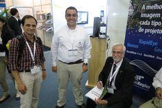 """Sessão de autógrafo promovida no estande da AMS Kepler com autógrafo os professores Manuel Fernandes (esquerda) e Paulo Menezes (à direita),  autores do livro """"Roteiro de Cartografia"""", sorteado por nós."""