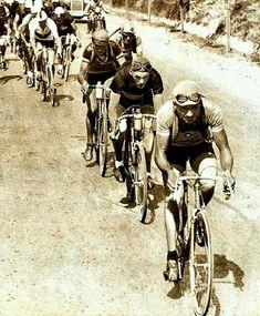 Campionati del Mondo 1932, Roma, 31 agosto. Alfredo Binda (1902-1986), qui al comando del gruppo, vince il suo terzo titolo mondiale sul circuito dei colli romani