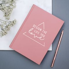 Das Redesign unseres Herzstücks!  Die neue Oberfläche des Covers gibt dem Workbook einen noch hochwertigeren Look. Plane deine Woche und deine Projekte auf einer Doppelseite. Das Workbook ermöglicht dir entspanntes Arbeiten, da es offen liegen bleibt und nicht sofort zuklappt.  Der perfekte Begleiter im Arbeitsalltag in dem du alle deine Termine und ToDos, Projekte, Kontakte, Finanzen und Notizen an einem Ort hast. Starte organisiert und produktiv in dein Jahr 2017.  - Kalender/ Workbook von…
