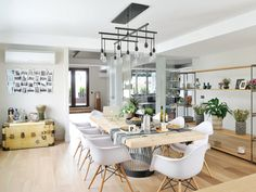 A contemporary apartment with industrial touch Large Kitchen Island, Kitchen Dining, Living Room Chairs, Living Room Decor, Dining Room, Eames Dining Chair, Zeitgenössisches Apartment, Cheap Adirondack Chairs, Contemporary Apartment