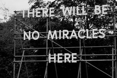 "Panneau ""There Will Be No Miracles Here"" de Nathan Coley à la galerie d'art moderne d'Edimbourg."