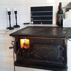 Norrahammar 18-27 vedspis / houtfornuis brandend.
