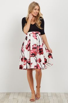 A gorgeous maternity floral skirt to dress up this season. A floral print gives a bright pop of color to this already feminine flare skirt and also features clean pleats that give a classic look. Style this maternity skirt with your favorite blouse and heels for a unique ensemble.
