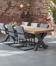 Solid oak dining table with wooden X leg. Tough and industrial are distinguished features of this beautiful country table. A real eye-catcher for a modern country style. Solid Oak Dining Table, Farmhouse Dining Room Table, Oak Table, Grande Table A Manger, House Plans With Pictures, Minimalist Dining Room, Happy New Home, Modern Country Style, Dining Room Lighting