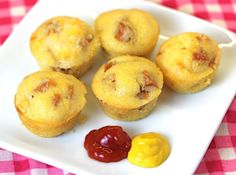 I don't usually eat corn dogs but.Baked Corn Dogs - used a pack of Jiffy, added sliced up hot dogs & baked according to package. Healthier option than fried corn dogs Corn Dog Muffins, Mini Muffins, I Love Food, Good Food, Yummy Food, Baked Corn Dogs, Little Lunch, Snacks Für Party, Quiches